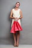 Женщина держа красные бумажные хозяйственные сумки Стоковые Изображения RF
