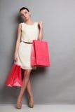Женщина держа красные бумажные хозяйственные сумки Стоковое Изображение RF