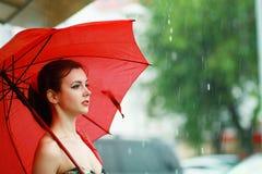 Женщина держа красный зонтик Стоковые Фотографии RF