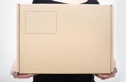 Женщина держа крупный план картонной коробки Стоковые Фото