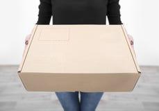 Женщина держа крупный план картонной коробки Стоковые Изображения RF