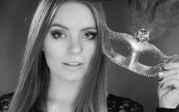 Женщина держа крупный план маски масленицы Стоковые Фото