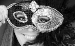 Женщина держа крупный план маски масленицы Стоковые Изображения