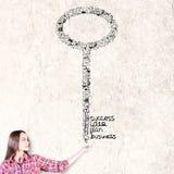 Женщина держа ключ Стоковые Изображения