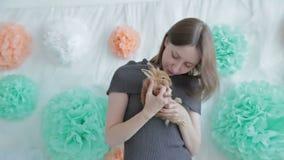 Женщина держа маленького милого кролика видеоматериал