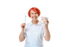 Женщина держа модель зубной щетки и рта Стоковые Изображения