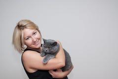 Женщина держа мужского кота Стоковые Фото