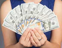 Женщина держа новые 100 счетов доллара США Стоковое Изображение RF