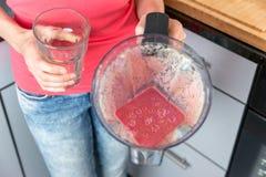 Женщина держа опарник smoothie в ее руках Стоковые Фото