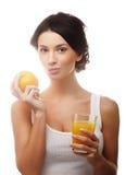 Женщина держа оранжевый и апельсиновый сок Стоковые Изображения