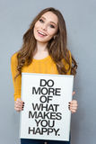 Женщина держа доску с текстом Стоковые Фото