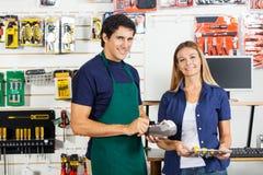Женщина держа отвертку установленный с Swiping работника Стоковые Изображения