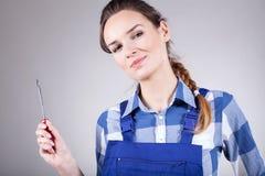 Женщина держа отвертку Стоковые Изображения RF
