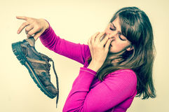 Женщина держа пакостные вонючие ботинки - ретро стиль Стоковые Фото