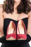 Женщина держа пару ботинок Стоковые Фотографии RF