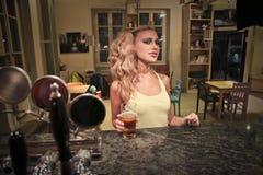 Женщина держа пиво стоковые изображения