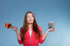 Женщина держа пилюльки и овощи здоровье внимательности рукояток изолировало запаздывания Стоковое Изображение RF