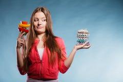 Женщина держа пилюльки и овощи здоровье внимательности рукояток изолировало запаздывания Стоковые Изображения RF