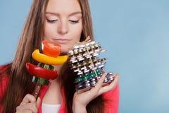 Женщина держа пилюльки и овощи здоровье внимательности рукояток изолировало запаздывания Стоковое Изображение