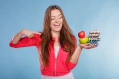 Женщина держа пилюльки и плодоовощи здоровье внимательности рукояток изолировало запаздывания Стоковая Фотография RF