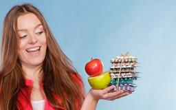 Женщина держа пилюльки и плодоовощи здоровье внимательности рукояток изолировало запаздывания Стоковые Изображения RF