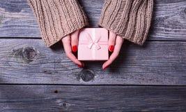 Женщина держа подарок рождества Стоковая Фотография