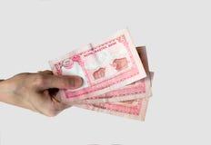 Женщина держа 15 примечаний рупий Непала в ее руке Стоковые Изображения