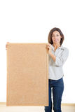 Женщина держа пробочку деревянной доски изолированный на белой предпосылке Стоковое Изображение