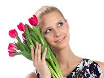Женщина держа пук красного букета тюльпанов цветков s Стоковая Фотография