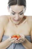 Женщина держа пук клубник Стоковая Фотография