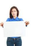 Женщина держа пустую афишу изолированный на белой предпосылке Стоковые Изображения