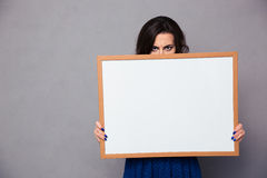 Женщина держа пустую доску Стоковые Фото