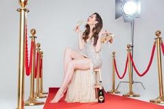 Женщина держа пятки и стекло шампанского Стоковые Изображения RF