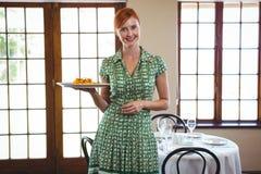 Женщина держа плиту стоковое изображение rf