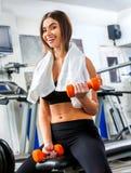 Женщина держа разминку гантели на спортзале Стоковые Изображения RF