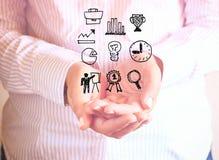 Женщина держа руки в приданной форму чашки форме и чертежах диаграмм и infographics Закройте вверх по изображению с селективным ф Стоковая Фотография RF