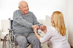 Женщина держа руки человека Стоковые Изображения RF