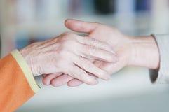 Женщина держа руку пожилого гражданина Стоковое фото RF