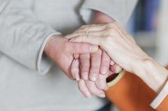 Женщина держа руку пожилого гражданина Стоковая Фотография RF