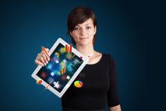 Женщина держа самомоднейшую таблетку с цветастыми диаграммами и диаграммами Стоковые Изображения RF