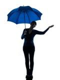 Женщина держа силуэт жеста ладони зонтика Стоковая Фотография RF