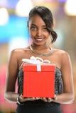 Женщина держа смычок подарка с лентой Стоковые Изображения RF