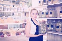 Женщина держа стекло может с травами Стоковое фото RF