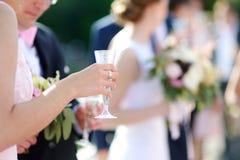 Женщина держа стекло шампанского Стоковое Изображение