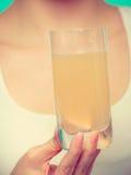 Женщина держа стеклянной с водой и шипучей таблеткой Стоковая Фотография