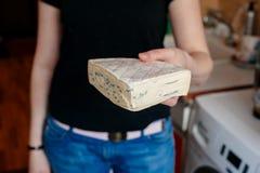 Женщина держа сыр бри Стоковая Фотография