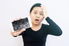 Женщина держа сломанный Smartphone экрана в ее руке Стоковая Фотография