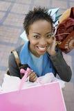 Женщина держа хозяйственные сумки Стоковые Изображения