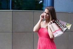 Женщина держа хозяйственные сумки стоковое фото