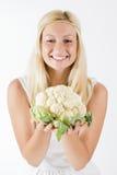 Женщина держа цветную капусту стоковая фотография rf